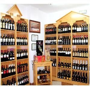Charcutería Tradicional estanterías con vinos y cavas