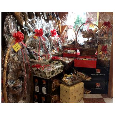 Escaparate de Charcutería Tradicional con cestas navideñas