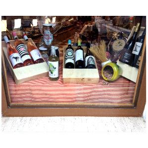 Escaparate de Charcutería Tradicional con vinos y conservas