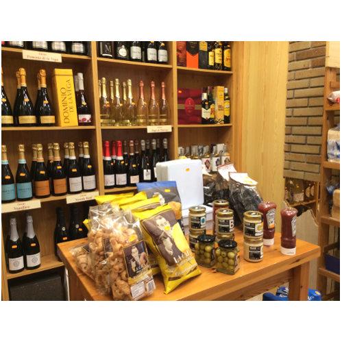 Varios productos expuestos en mesa de madera